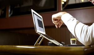 Faltbarer MacBook- und iPad-Halter für mehr Ergonomie am Arbeitsplatz