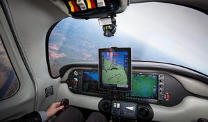 iPad fliegt und landet echtes Flugzeug