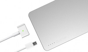 Notfallakku Quarter wird mit dem MacBook-Ladegerät aufgeladen