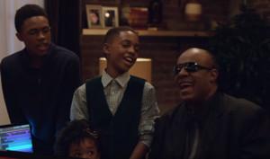 Apple Weihnachtsvideo mit Stevie Wonder stimmt auf Weihnachten ein