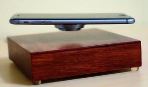 Zauberei: iPhone wird beim OvRcharge im Schweben geladen
