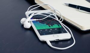 Siri kann Ihnen Anrufer ankündigen, während Sie Kopfhörer verwenden