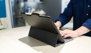 Dieses Case schützt das iPad Pro und lädt gleichzeitig den Apple Pencil