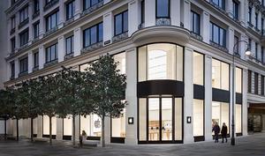 Zahlreiche Kunden zur Eröffnung des Apple Stores in Österreich