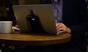 Warum MacBook-Sticker großen Ärger bedeuten können
