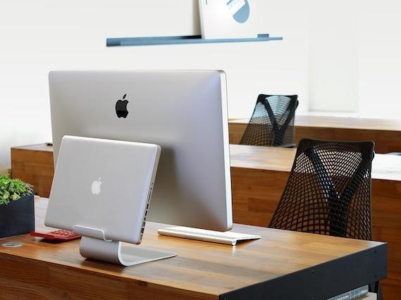 ordnung auf dem schreibtisch just mobile pr sentiert alubase und alurack f r macbooks mac life. Black Bedroom Furniture Sets. Home Design Ideas