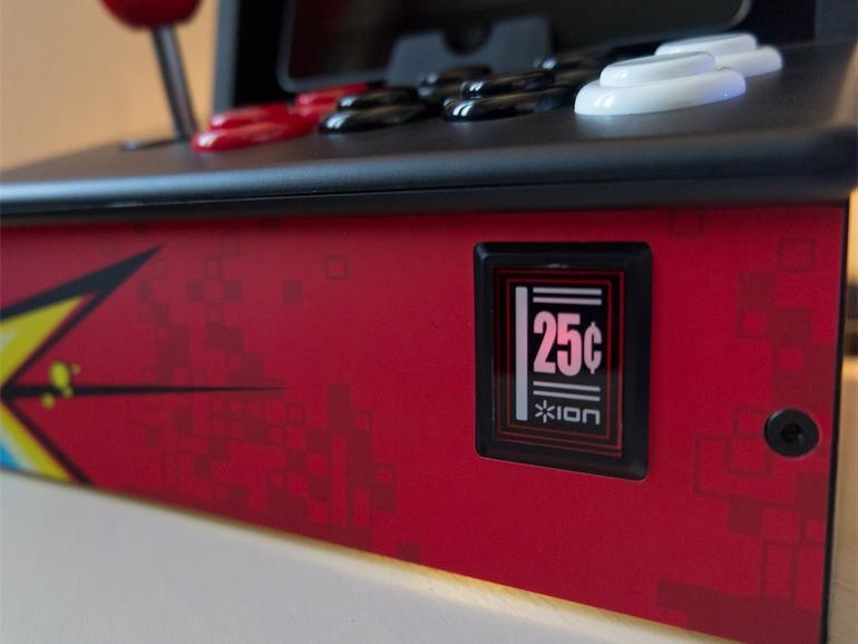 <strong>Liebe zum Detail</strong> Darüber hinaus werden zwei AA-Batterien mitgeliefert – laut Hersteller reicht dieser eine Satz Batterien für bis zu 70 Stunden Spielspaß. Detail am Rande: Als Statusleuchte dient der stilisierte Münzschl