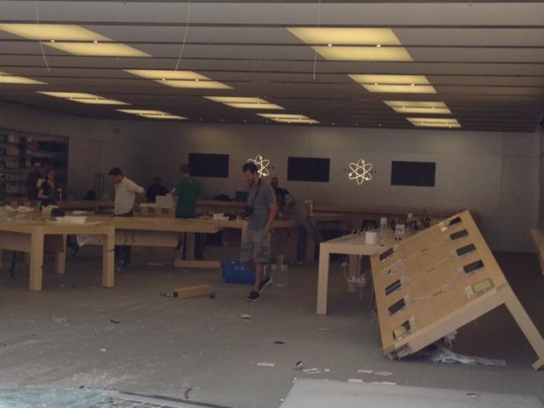 """Viel demoliert aber wenig gestohlen: Der Apple Store in Temecula wurde mit einem BMW """"geknackt""""."""