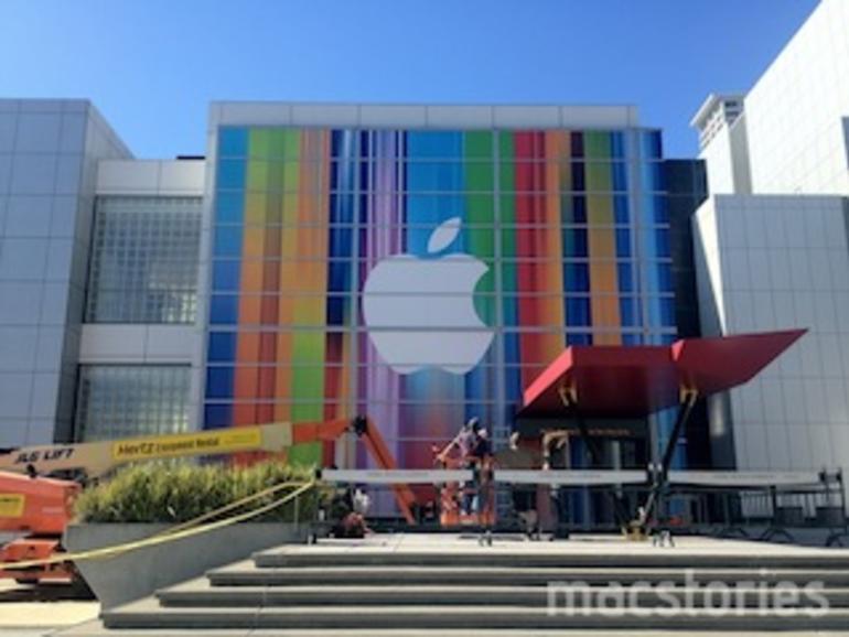 Farbige Banner vor dem Yerba Buena Center zeigen verzerrte iOS-Icons