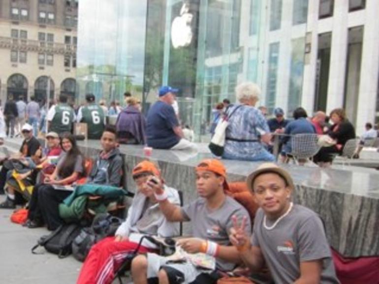 """iPhone 5: Erste Bestellungen im Versand, erste """"Schlangensteher"""" vor den Apple Stores"""