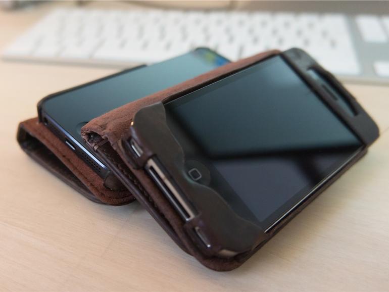 Während die iPhone 4/4S-Variante einen eigenen Einschub für das Apple-Smartphone bietet und vor allem die Kanten besser schützte, clippt man im aktuellen BookBook das iPhone 5 schlicht von oben ein