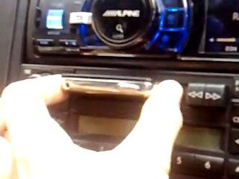 Netzfundstück: Autoradio verwandelt sich in iPod-Dock