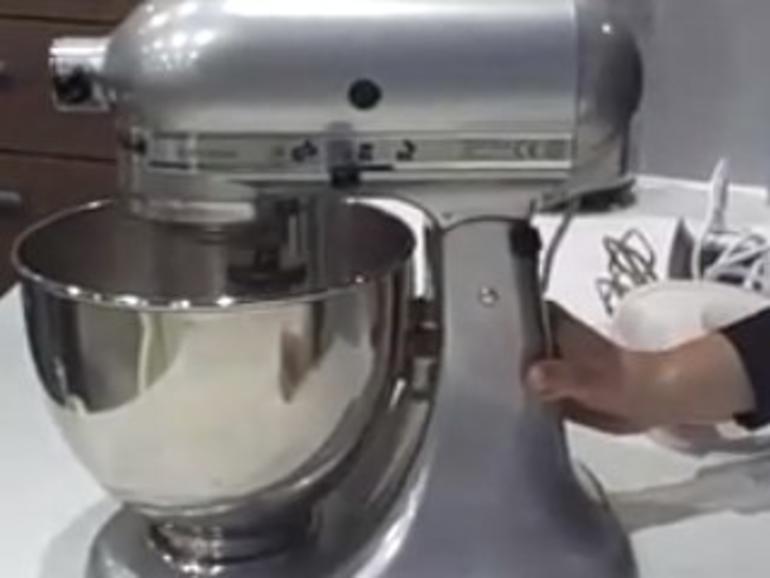 Netzfundstück: Arbeitsplatte in der Küche lädt iPhone