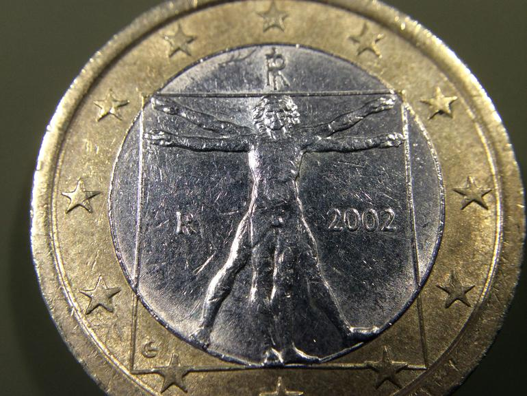 Euro-Münze mit dem Olloclip-10-fach-Marco