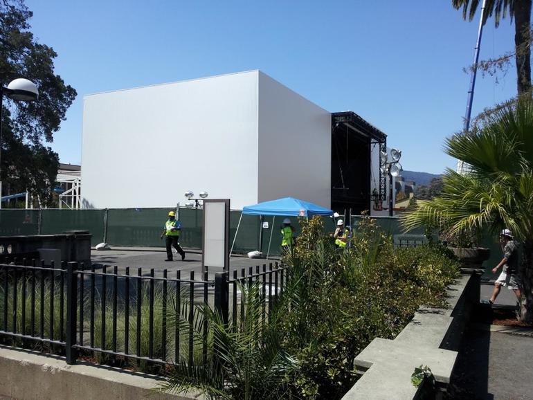 Apple baut seit mehreren Tagen an einer rätselhaften Struktur direkt neben dem Flint Center in Cupertino.