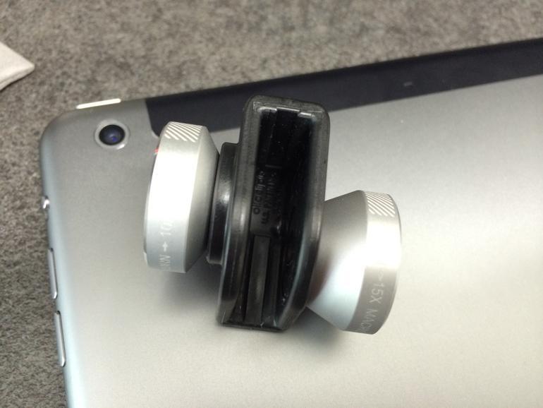 Der Aufsatz passt über die iPad-Ecke mit der Kamera