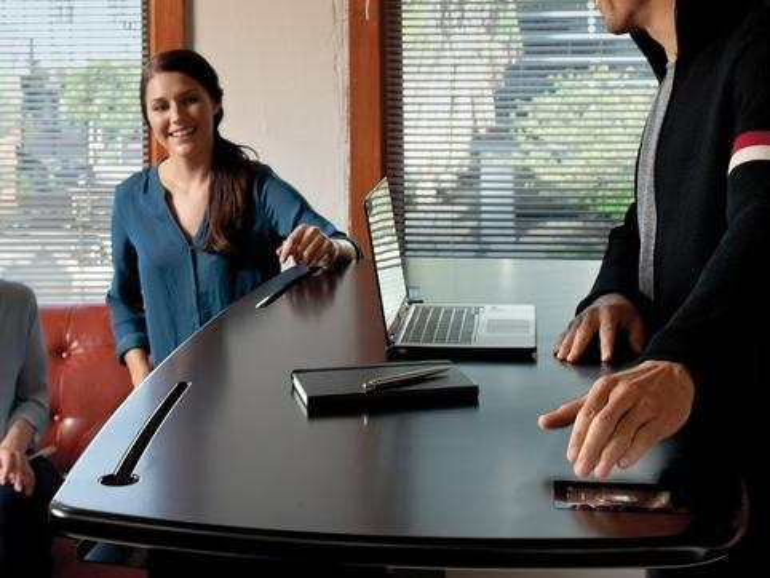 Der Schreibtisch besitzt einen Stromanschluss, Bluetooth, Wi-Fi und ein 5-Zoll-Touch-Display
