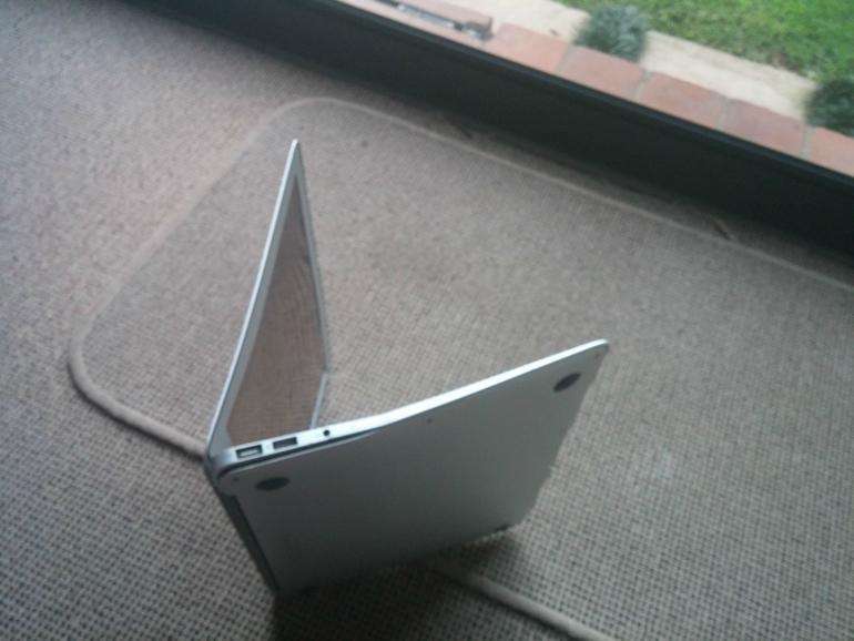 Neben einigen Kratzern war das Gehäuse des MacBook Airs verbogen
