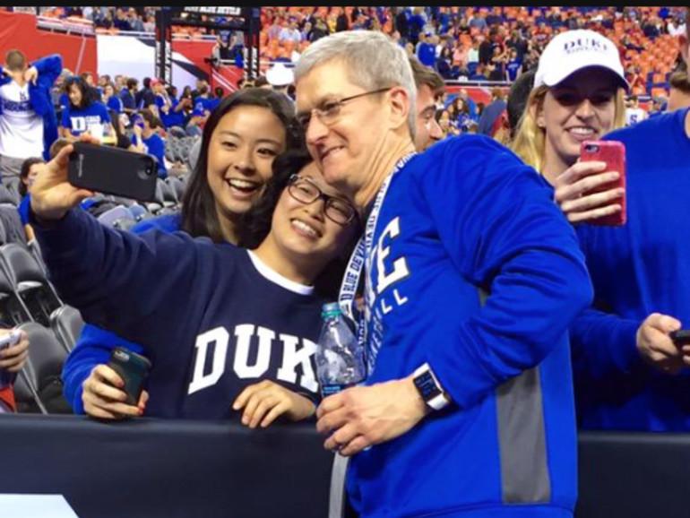 Tim Cook mit Duke Fans bei einem Heimspiel - die Apple Watch sitz am Handgelenk
