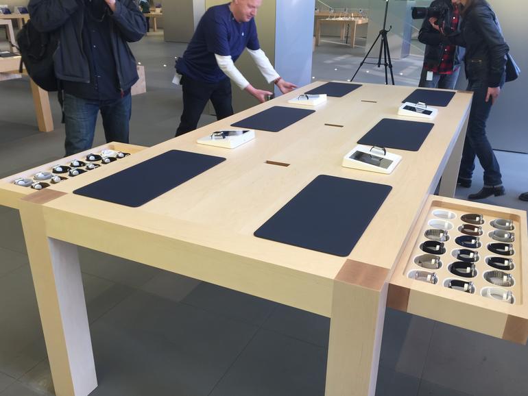 Apple Watch: In ausziehbaren Schubladen sortiert und gesichert - durch die Glasscheibe aber einsehbar