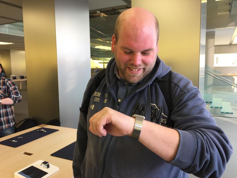 Unserem Redakteur Sebastian zaubert die Apple Watch sprichwörtlich ein Lächeln auf die Lippen - die Begeisterung ist groß