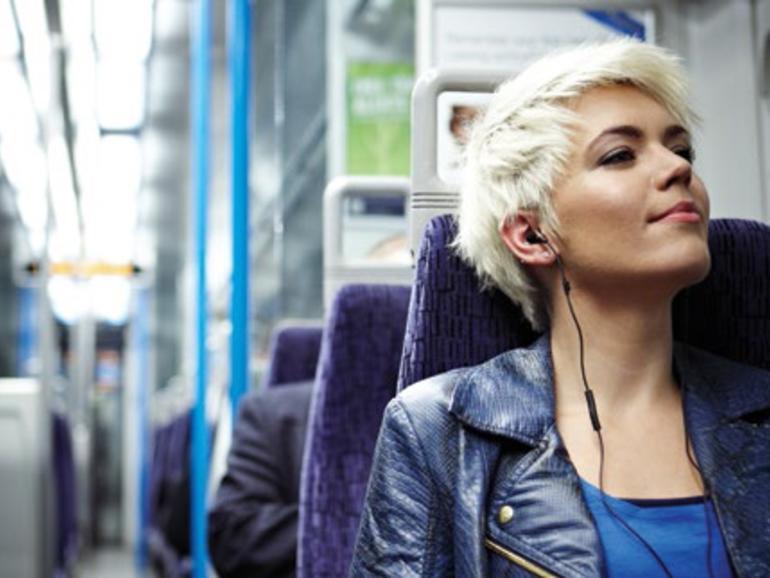Bus- & Bahn:Für Pendler oder Personen, die regelmäßig auf öffentliche Verkehrsmittel zurückgreifen, bieten sich vor allem In-Ears an. Diese haben den Vorteil, dass man sie schnell und platzsparend in der Tasche verstauen kann. Außerdem...