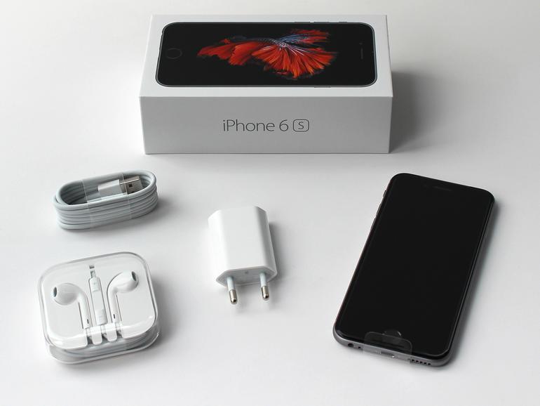 Im kleinen weißen Karton findet man den üblichen Lieferumfang: Zum iPhone 6s gehören Kopfhörer, Lightning-USB-Kabel und Netzteil.