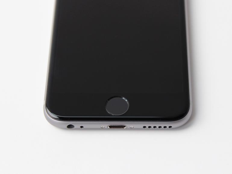 Der neue Touch ID Sensor ist so schnell, dass Aufwecken und Entsperren zusammen mit einem kurzen Tastendruck auf dem Home-Button erledigt sind.