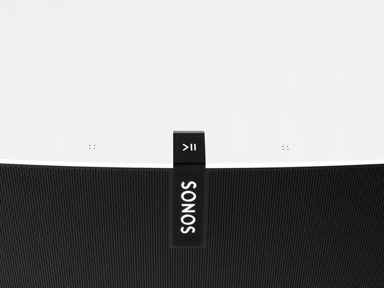Die Bedienung erfolgt via App. Direkt am Gerät kann über Tipp- und Wischgesten die Lautstärke verändert werden. Zudem lässt sich zwischen Songs wechseln.
