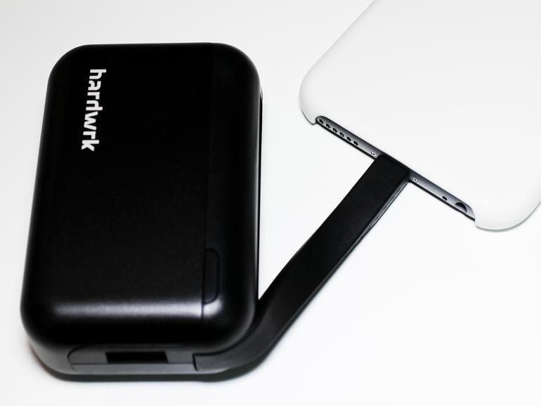 Sehr kurz, aber dennoch praktisch: Ein Lightning-Stecker ist in das Akkupack integriert.