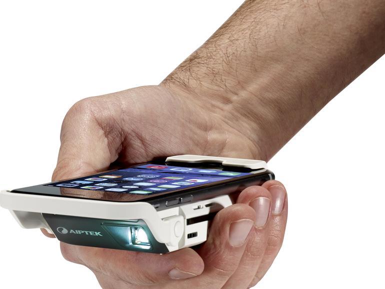 Kleiner geht es nicht. Der Beamer MobileCinemai60 von Aiptek ist so groß wie drei übereinander gelegte iPhones.