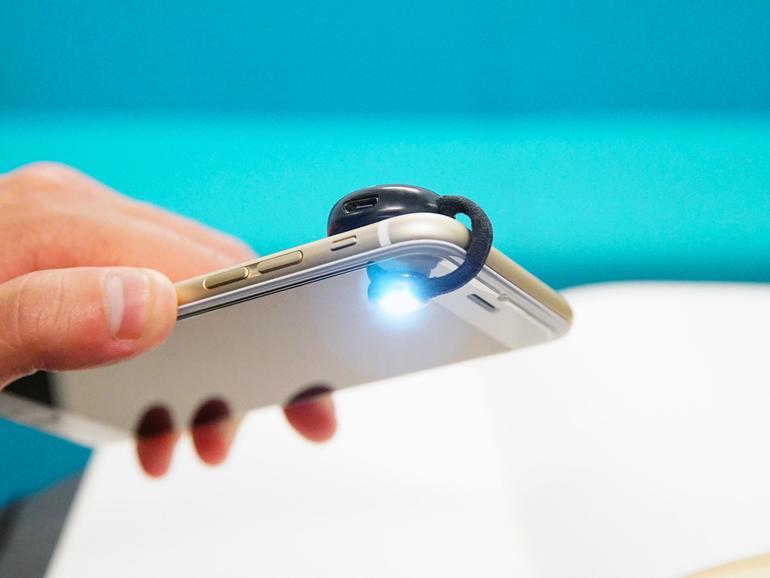 Was der Retina-Blitz beim aktuellen iPhone 6s macht, macht der kleine Clip Moon bei älteren Modellen: er bringt Licht in dunkle Selfies.