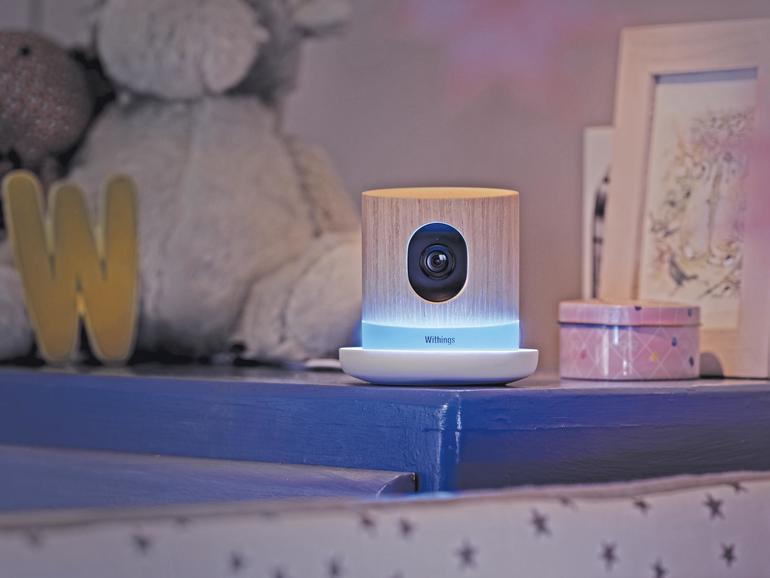 Moderne IP-Kameras wie die Withings Home sehen nicht mehr aus wie Überwachungskameras, sondern verschönern sogar das Zuhause, hier mit Holzgehäuse und LED-Leuchteffekten.