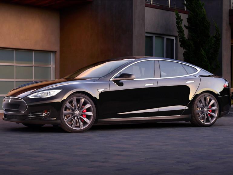 Das Tesla Model S fährt selbstständig aus und in die Garage (elektrisches Tor vorausgesetzt) und lässt sich nun auch mit der Apple Watch ansteuern