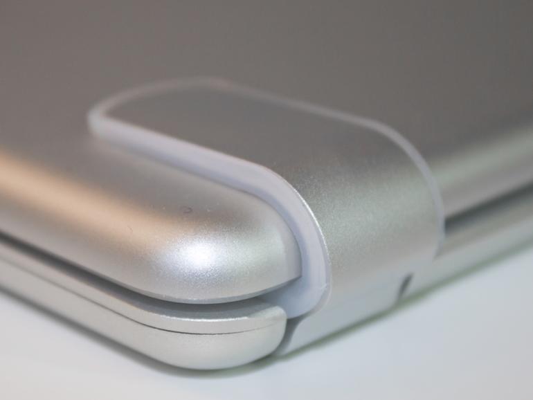 Das iPad wird in mit Silikonstoppern ausgekleidete Scharniere eingeschoben.