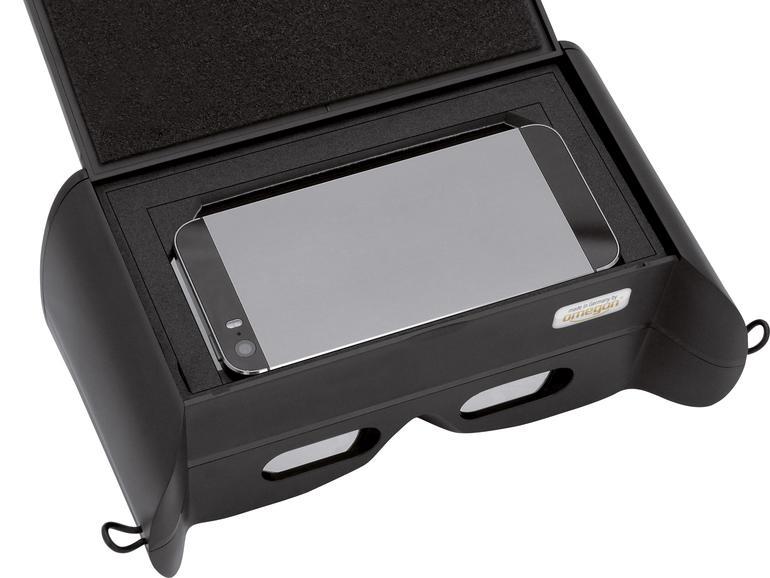 Das Smartphone wird mit dem Display voraus in ein mit Schaumstoff ausgekleidetes Fach gelegt.