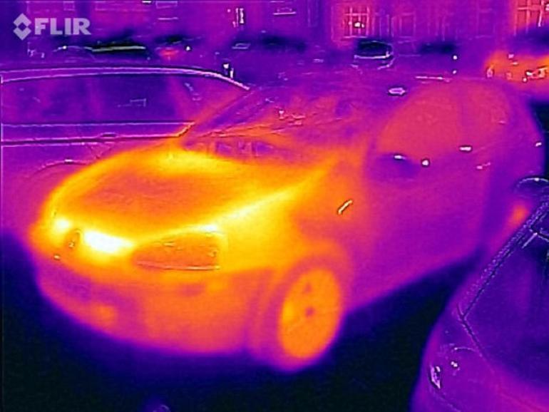 Die Temperaturmessung zeigt, ob der Ouzo kalt genug oder die Lampe zu heiß ist. Hier stößt die Flir One aber an ihre Messgrenzen.
