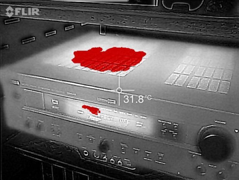 Die Flir One blendet Kantendetails von der optischen Kamera über das Wärmebild und sorgt so für eine viel bessere Erkennbarkeit. Auf Wunsch werden nur die wärmsten Details eingefärbt.