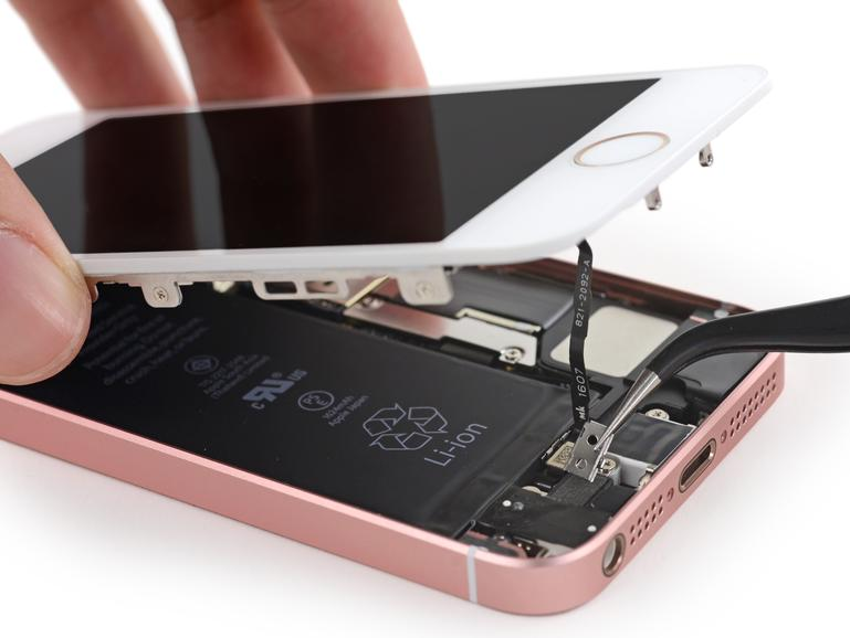 Das Innenleben besteht aus einem Mix aus Komponenten eines iPhone 5s und 6s.