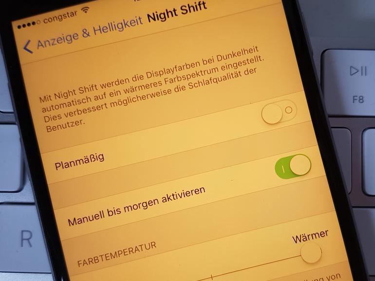 In den Einstellungen finden sich diverse Optionen zur Night-Shift-Funktion, hier lässt sich unter anderem die Farbtemperatur anpassen