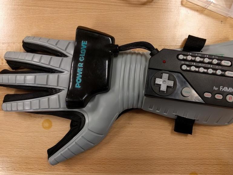 Nolan Moore hat aus einem Power Glove eine Fernsteuerung für eine Drohne gemacht