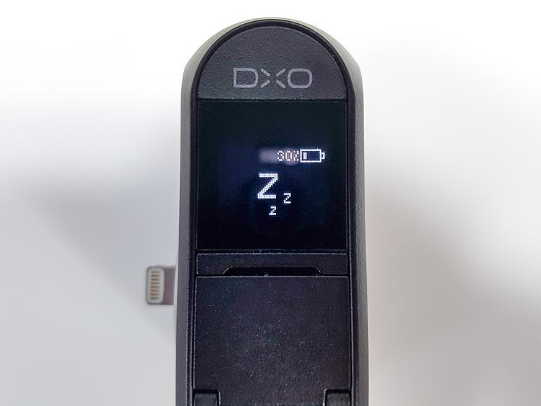 Das OLED-Display ist berührungsempfindlich, die Anwahl der Betriebsmodi erfolgt über Wischgesten. Sogar als simplifizierter Sucher dient der Mini-Bildschirm.