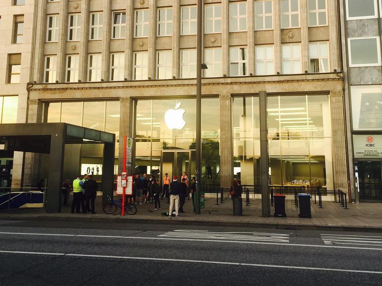 Apple Store am Jungfernstieg in Hamburg. Gespanntes Warten auf iPhone 7