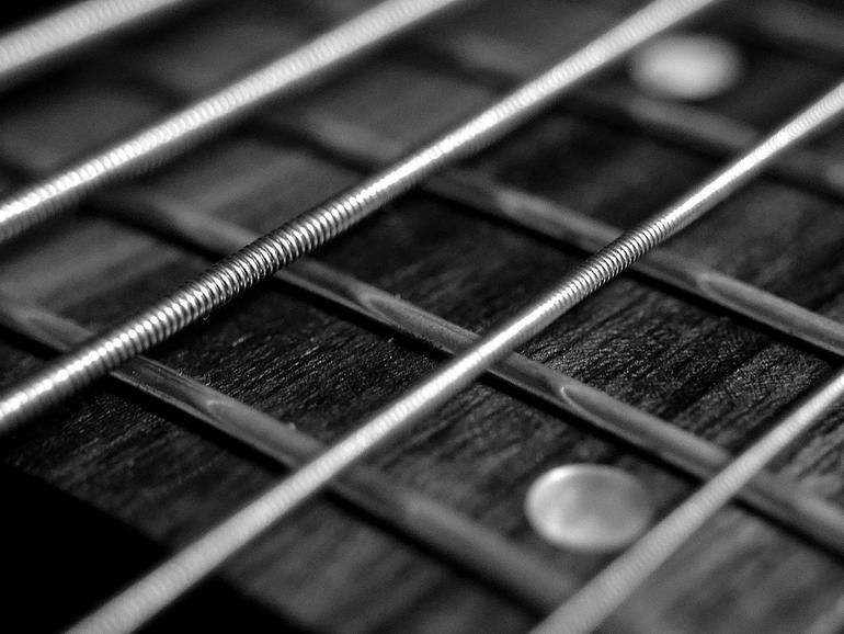 Makroaufnahme von Gitarrensaiten