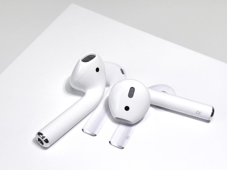 apple airpods im test bluetooth earbuds mit siri. Black Bedroom Furniture Sets. Home Design Ideas