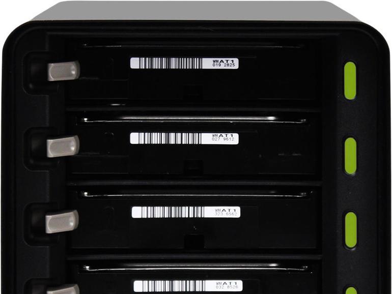 Der Drobo 5c bietet fünf übereinander angeordnete Festplattenschächte.