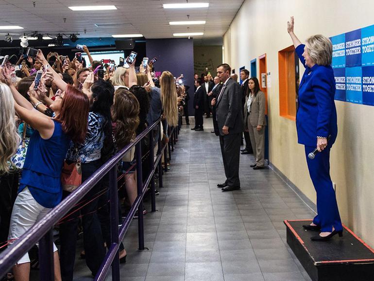 Ende September läuft der Wahlkampf in den USA auf Hochtouren, aber die Zuschauer fotografieren nicht die Kandidatin, sondern sich selbst mit der Kandidatin im Hintergrund.