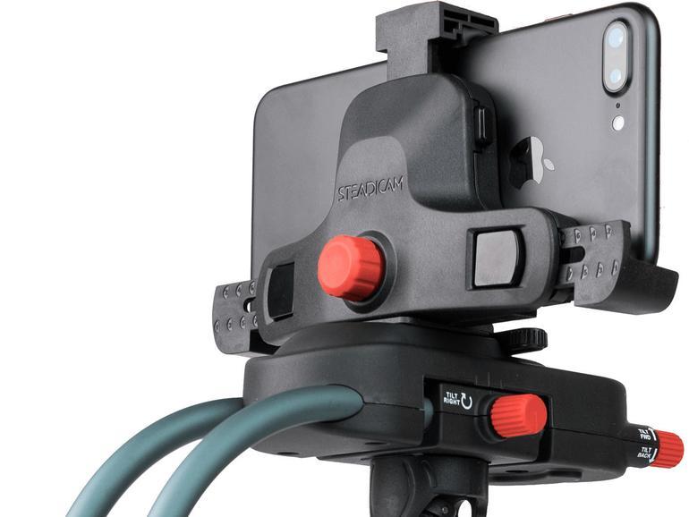 Die Halterung Steadicam Smoothee (200 Euro) stabilisiert Freihandaufnahmen durch Gegengewichte, die das iPhone in der Balance halten.