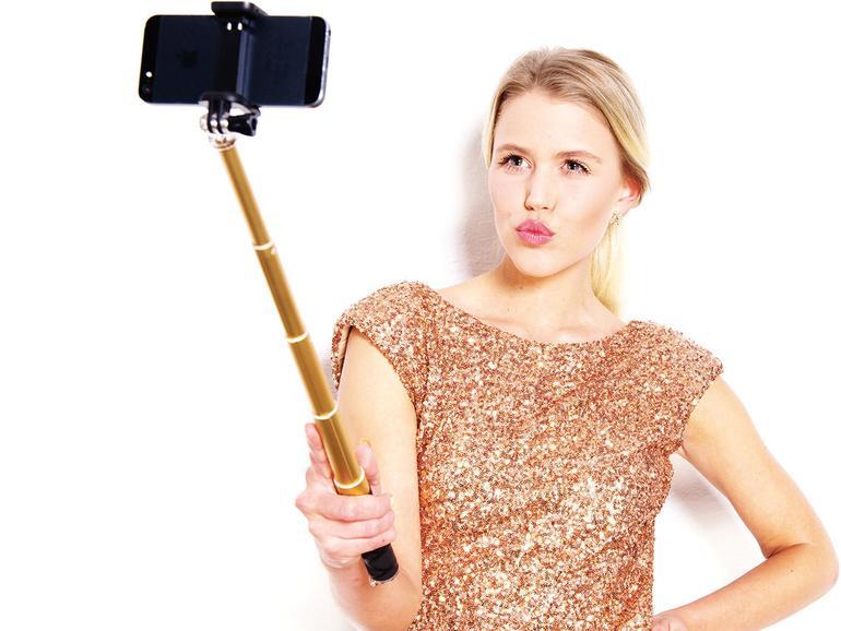 Nicht nur für Selbstporträts, sondern auch für ungewöhnliche Perspektiven ist der Selfie-Stick von Rollei (50Euro) mit Fernauslöser-Taste geeignet.
