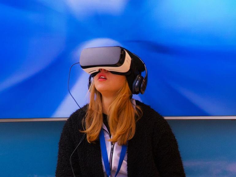 Passantin mit Samsung Gear VR in einem Einkaufszentrum in Berlin